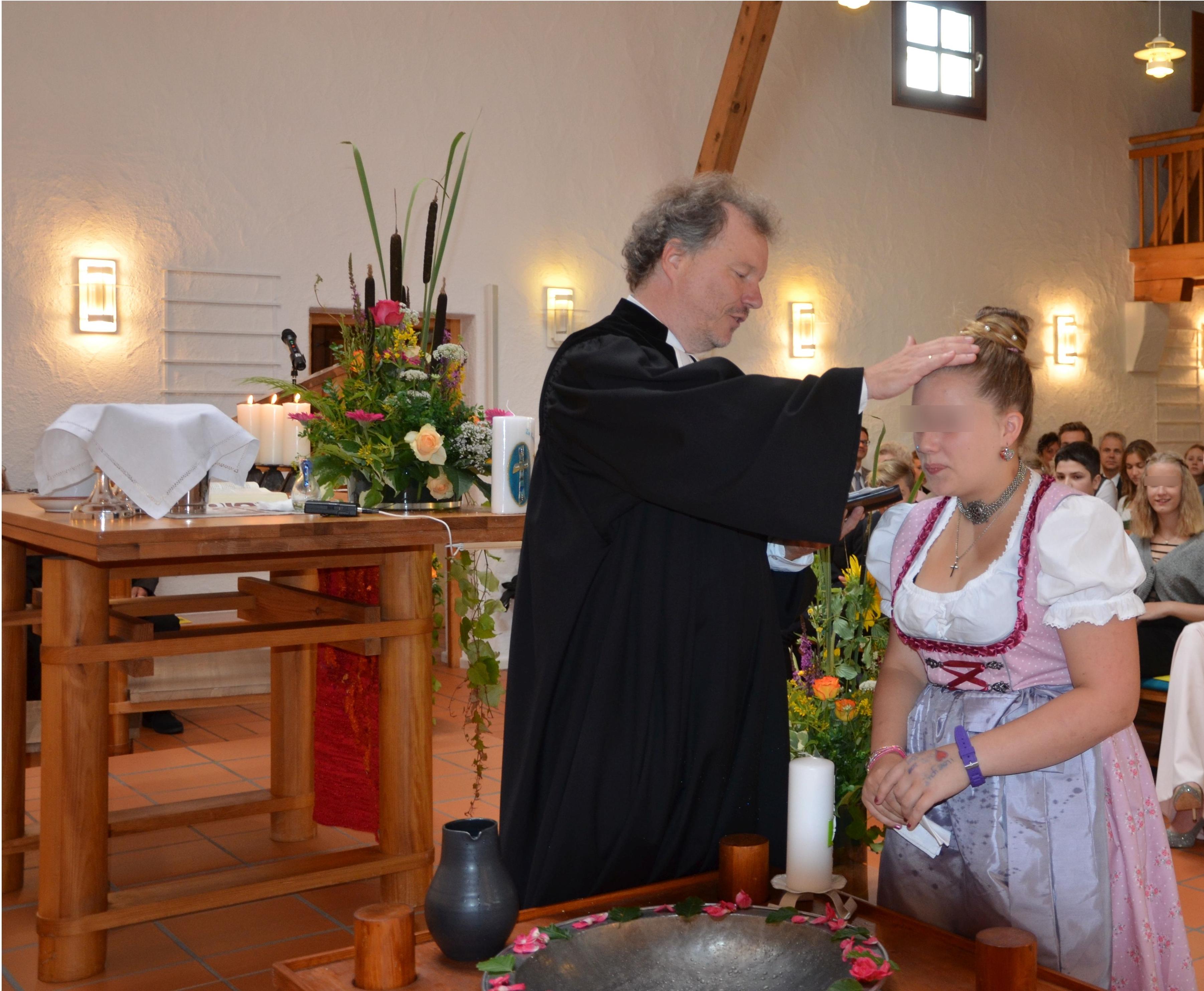 Pfarrer bei Taufe