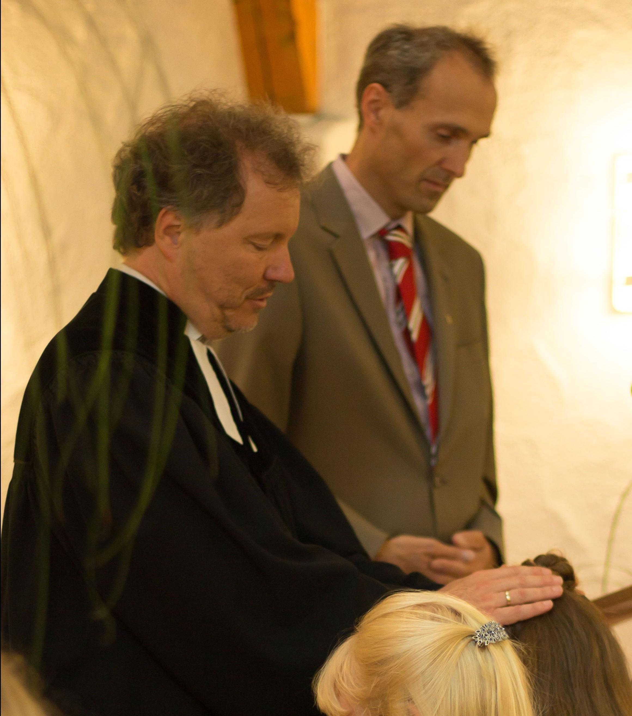 Pfarrer und Diakon beim Segen
