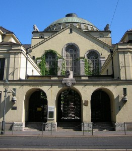 800px-Augsburg_Synagoge_Eingang